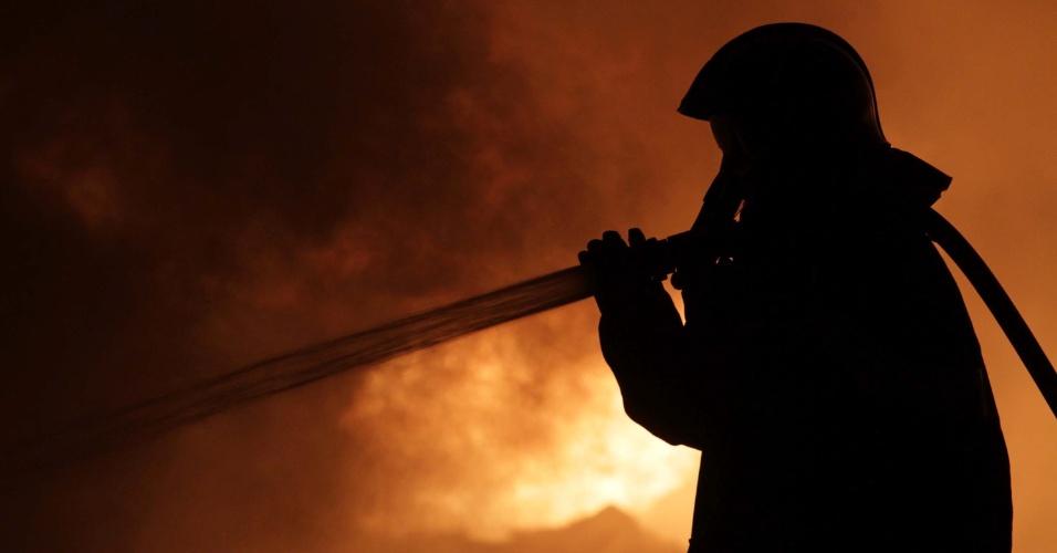 19.set.2012 - Bombeiro tenta conter incêndio em uma indústria de reciclagem, no km 1 da rodovia Benevenuto Moretto, em Bragança Paulista (SP)