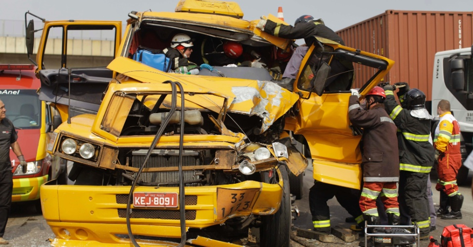 19.set.2012 - Bombeiros resgatam às vítimas de um engavetamento envolvendo cinco caminhões e uma carreta no Rodoanel, em São Paulo