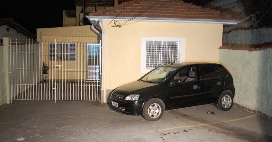 19.set.2012 - Carro do estudante morto em tentativa de roubo na Vila Ré, zona leste da capital paulista
