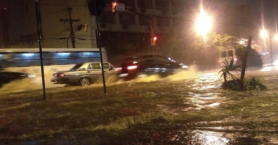 19.set.2012 - Chuva intensa atingiu o Rio Grande do Sul na madrugada desta quarta-feira (19) e provocou alagamentos em ruas  e avenidas de Porto Alegre