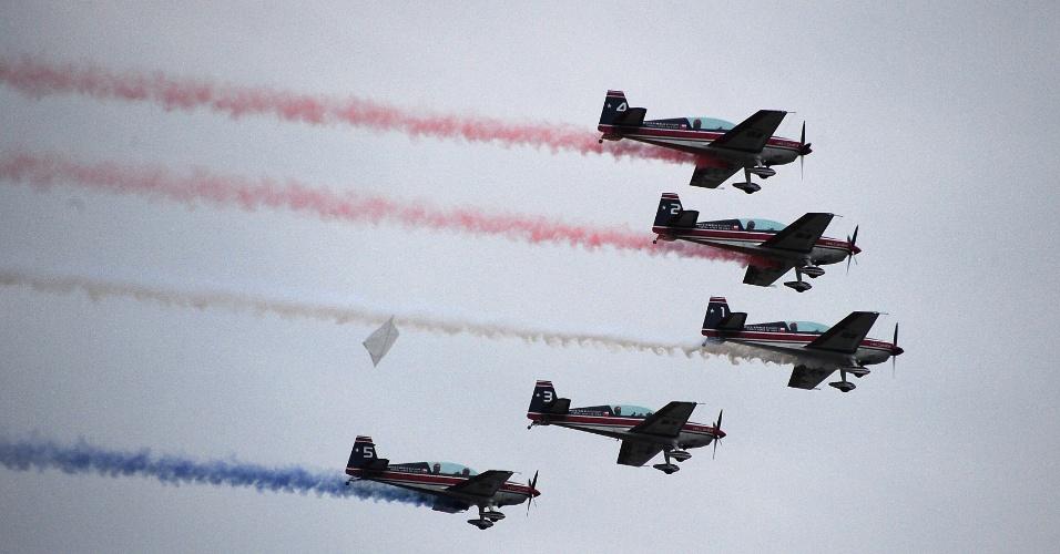 19.set.2012 - Equipe acrobática se apresenta durante desfile militar realizado em Santiago, no Chile, em comemoração ao 202º aniversário de independência do país