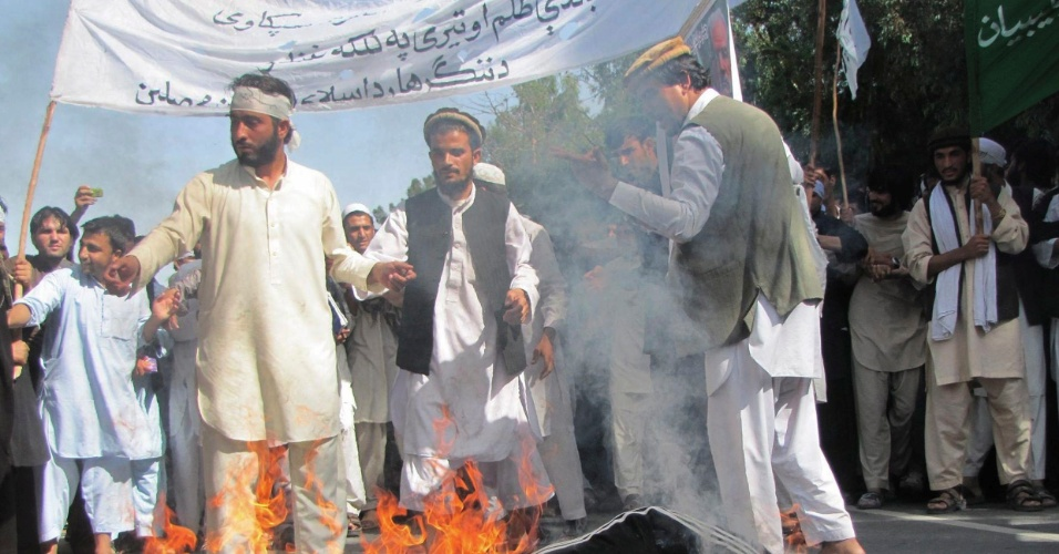 19.set.2012 - Estudantes afegãos queimam boneco do presidente Barack Obama em protesto no Afeganistão