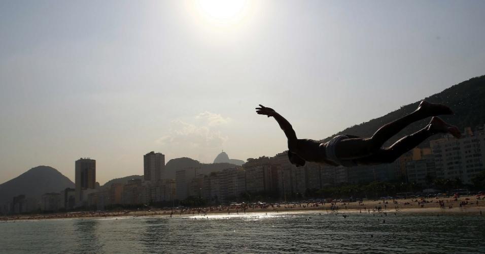 19.set.2012 - Garoto mergulha no mar da praia do Leme, zona sul do Rio de Janeiro. Com temperatura de 41,2 ºC, a capital fluminense registrou o dia mais quente do ano