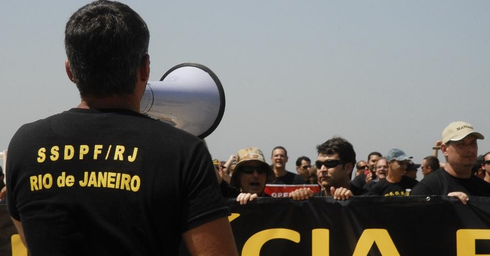 19.set.2012 - Homem fala ao megafone durante manifestação dos policiais federais em greve na praia de Copacabana. Os policiais fixaram na areia 30 placas com os nomes das principais operações da PF no país