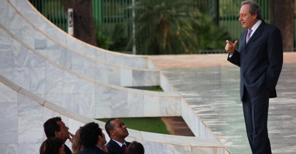 19.set.2012 - O ministro Ricardo Lewandowski conversa com jornalistas do lado de fora do plenário no STF, em Brasília