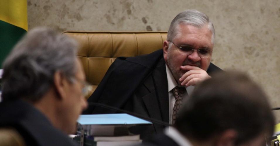 19.set.2012 - O procurador-geral da República, Roberto Gurgel, morde o dedo enquanto acompanha sessão do julgamento do mensalão no STF, em Brasília