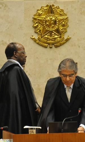 19.set.2012 - Os ministros Joaquim Barbosa e Ayres Britto acompanham o julgamento do mensalão no STF, em Brasília