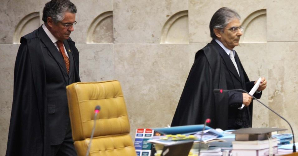 19.set.2012 - Os ministros Marco Aurélio Mello e Ayres Britto retornam para o julgamento do mensalão no STF, em Brasília
