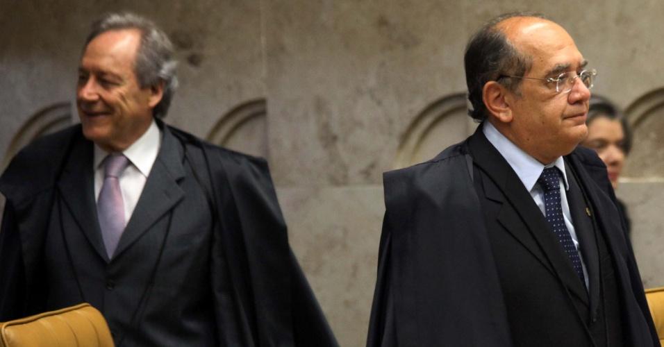 19.set.2012 - Os ministros Ricardo Lewandowski e Gilmar Mendes retornam para continuar o julgamento do mensalão no STF, em Brasília