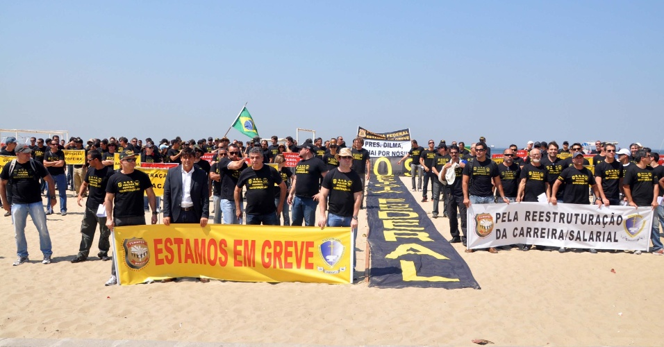 19.set.2012 - Policiais federais em greve fazem protesto em Copacabana, no Rio de Janeiro