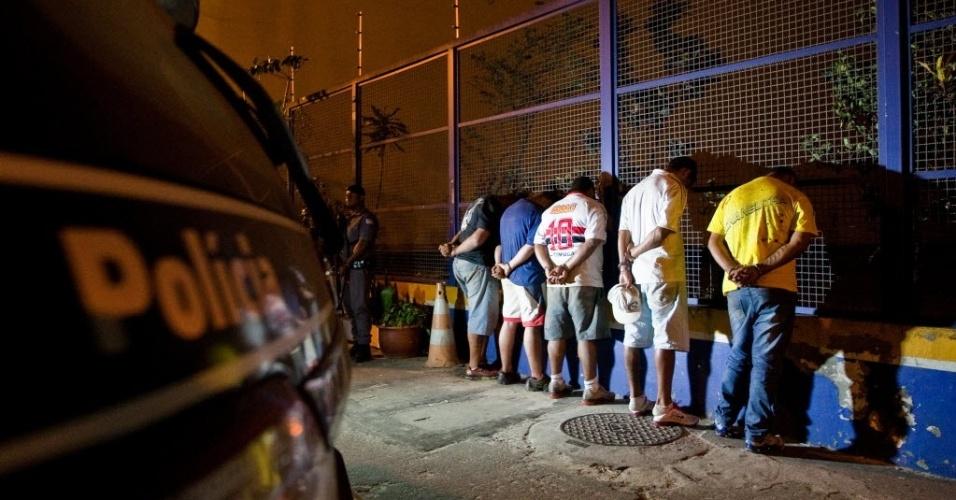 19.set.2012 - Policias da Rota (Ronda Ostensiva Tobias Aguiar) prenderam na madrugada desta quarta-feira (19) cinco acusados de participarem de quadrilha de tráfico de drogas em Parelheiros, na zona sul de São Paulo. Dois suspeitos foram mortos em confronto com a polícia
