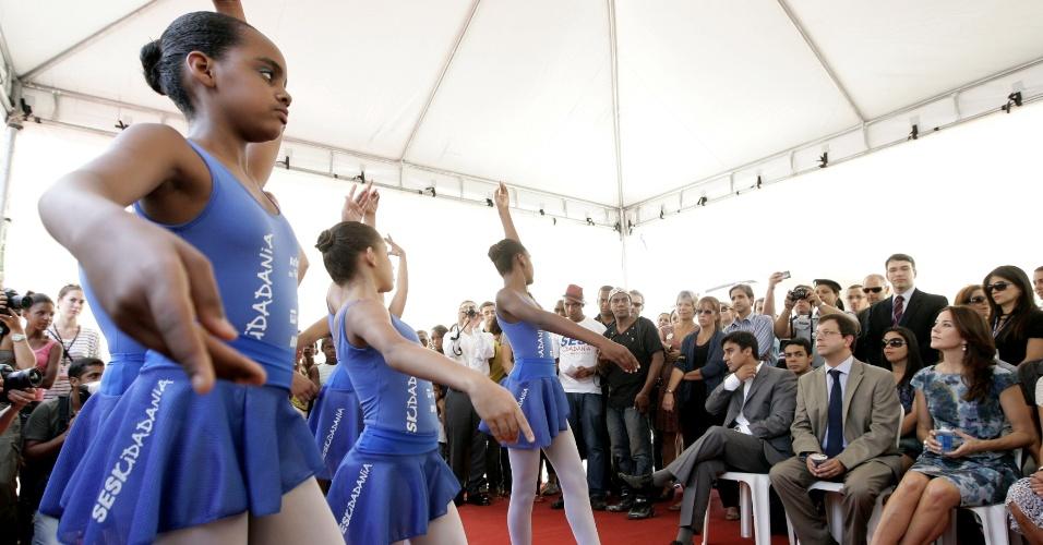 19.set.2012 - Princesa Marie Cavallier, da Dinamarca, visita a comunidade da Cidade de Deus, em Jacarepaguá, na zona oeste do Rio de Janeiro