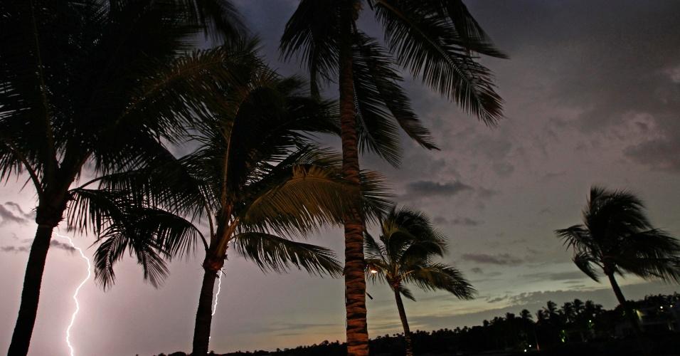 19.set.2012 - Relâmpagos iluminam o céu de Coral Gables, na Flórida, Estados Unidos