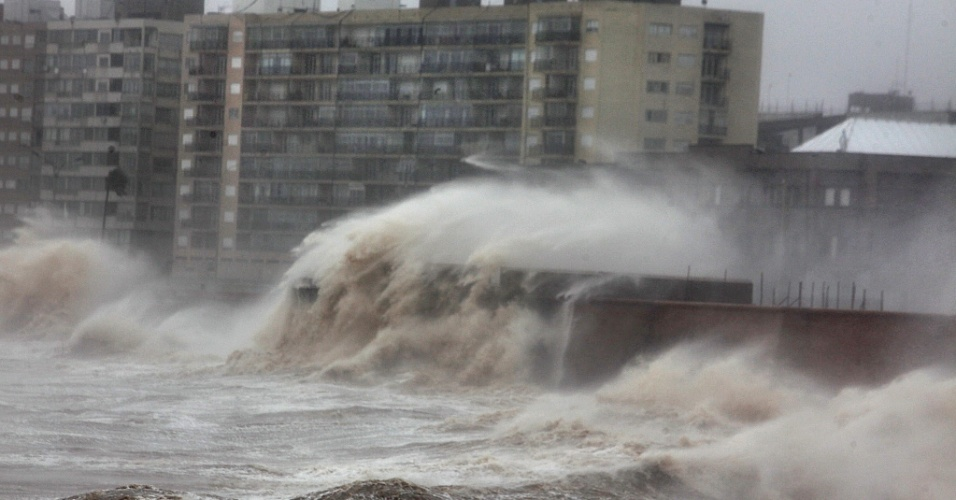 19.set.2012 - Temporal atinge Montevidéu, no Uruguai