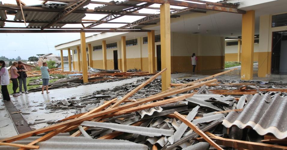 19.set.2012 - Um forte vendaval destruiu o telhado da Escola Municipal João Batista Stocco, no bairro Moinho Velho, em Colombo, Região Metropolitana de Curitiba (PR)