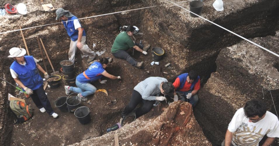 19.set.2012 - Um grupo de arqueólogos e pesquisadores da Universidade do Sul de Santa Catarina (Unisul) trabalha no resgate de dezenas de esqueletos indígenas no local onde será construída a nova ponte sobre o Canal de Laranjeiras