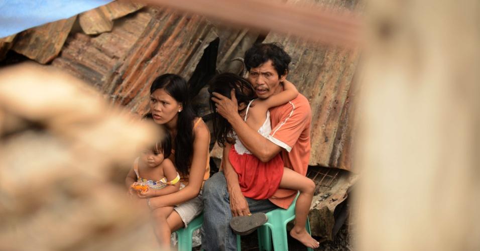 19.set.2012 - Vítimas de incêndio em favela nas Filipinas