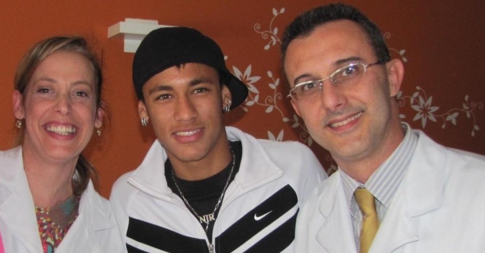 Dr. Herbert Kramer (d) com sua esposa, ao lado de Neymar no Hospital