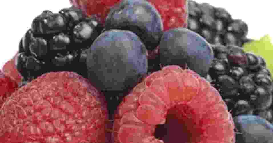fruta vermelhas-arroxeadas, frutas vermelhas, amora, framboesa - Thinkstock