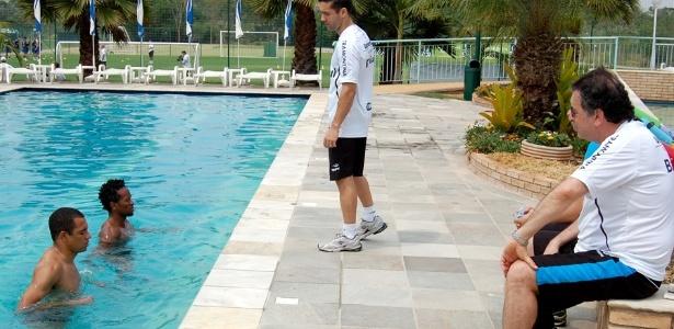 Gilberto Silva e Zé Roberto recebem tratamento especial com trabalhos na piscina