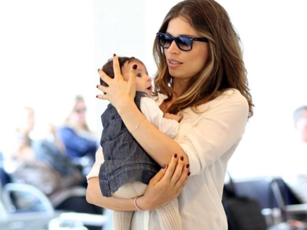 Grazi Massafera embarca com a filha Sofia no Aeroporto Santos Dumont, no Rio de Janeiro (19/9/12)