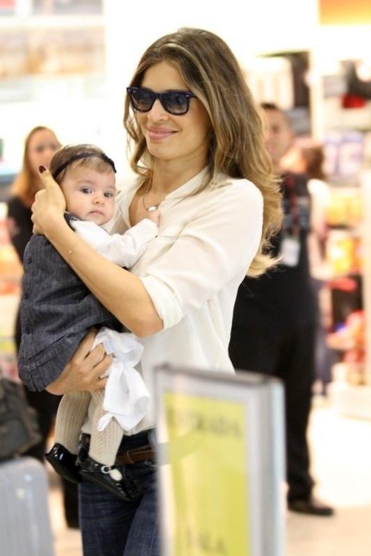 Sorridente, Grazi Massafera é flagrada com a filha Sofia nos braços  (19/9/12)