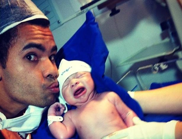 Jogador Dentinho beija o filho recém-nascido Bruno Lucas (19/9/12)
