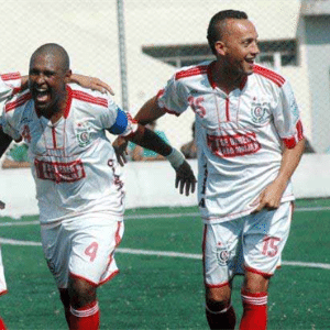 Jogadores do Classe A comemoram gol na vitória por 2 a 1 diante do Jaçanã