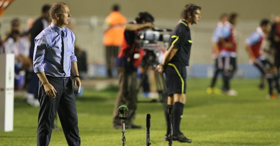 Mano Menezes observa seleção brasileira em partida contra a Argentina (19/09/2012)