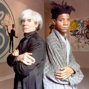 O artista plástico Jean Michel Basquiat (dir) posa ao lado de Andy Warhol (1985)  - Arquivo/AP Photo
