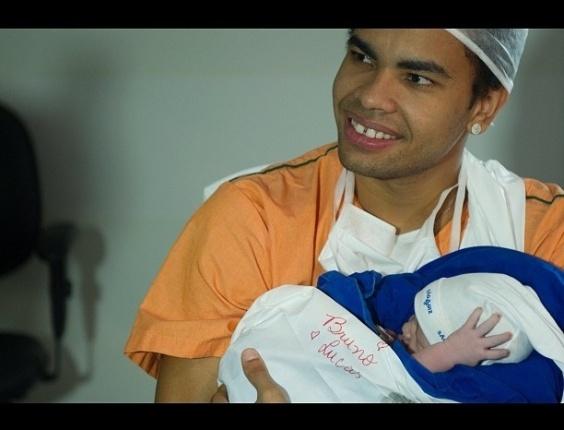 O atacante Dentinho, atualmente no Shakhtar Donetsk, ao lado do filho, Bruno Lucas (19/9/12)