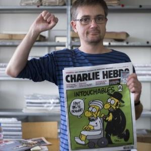 O editor Charb segura a última edição do jornal francês Charlie Hebdo, que satiriza o profeta Maomé - Fred Dufour/AFP