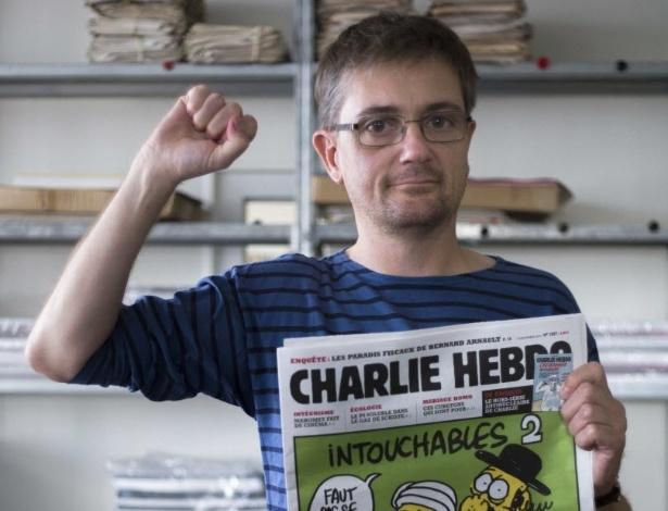 O editor do jornal francês 'Charlie Hebdo', conhecido apenas como Charb, apresenta a última edição da publicação, que satiriza o profeta Maomé