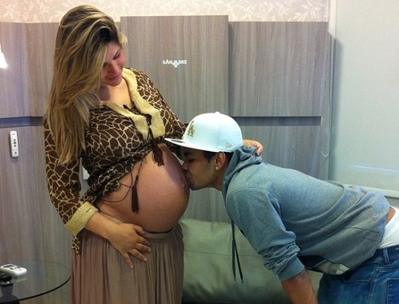 O jogador de futebol Dentinho beija a barriga da esposa Danielle Souza, a Mulher Samambaia (19/9/12)