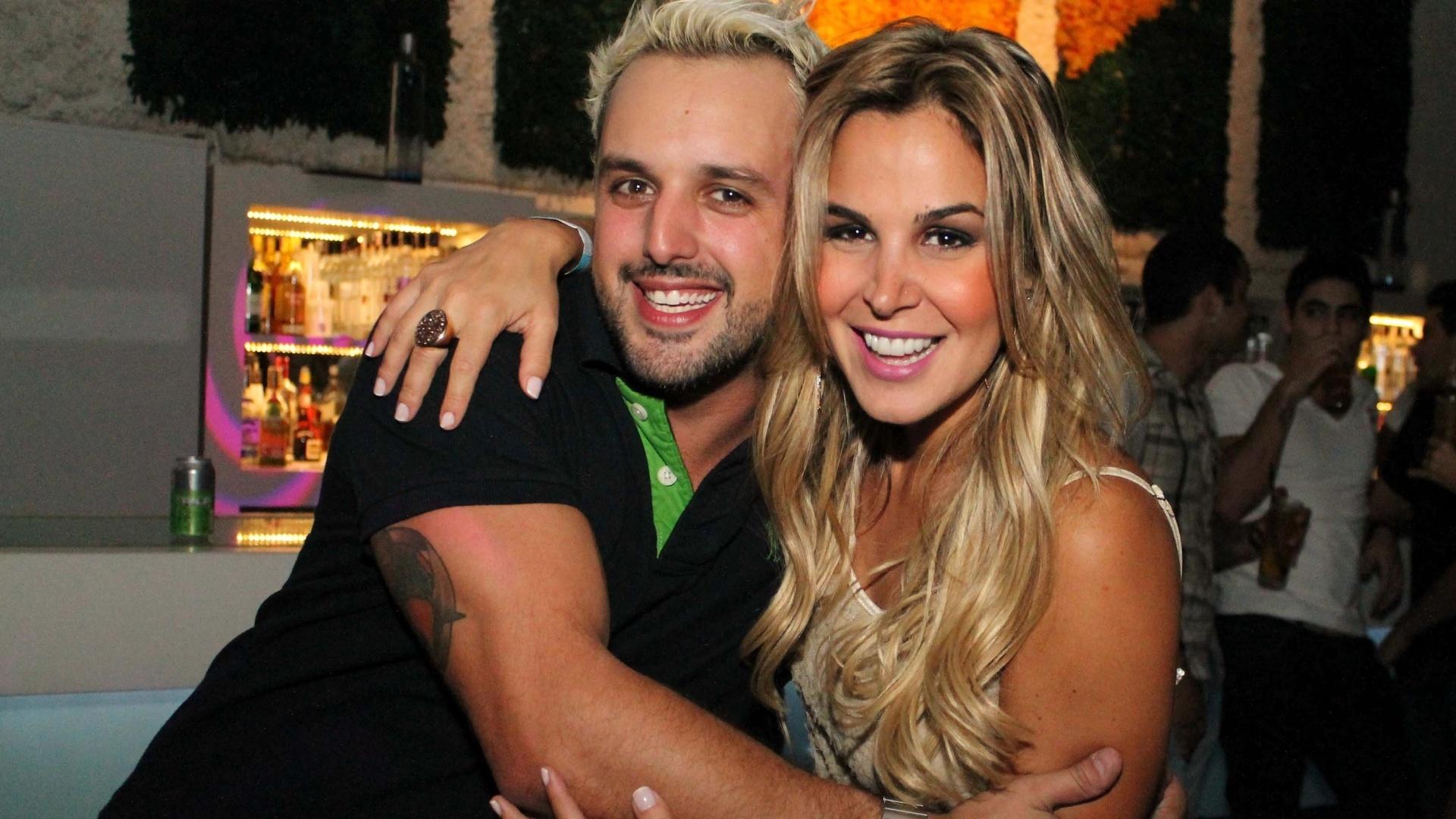Os ex-fazendeiros Rodrigo Capella e Robertha Portella no Café de la Musique, em São Paulo, para acompanhar o show do grupo Jeito Moleque (18/9/12)