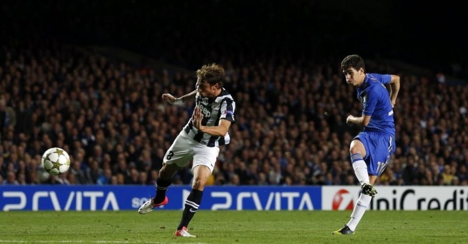 Oscar chuta para marcar o gol pelo Chelsea na partida contra a Juventus