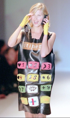 Outubro de 1995 -- Modelo ''veste'' telefone celular na semana de moda de Paris