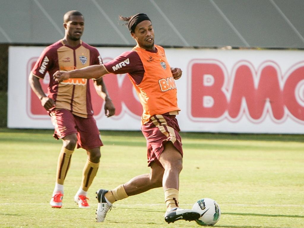 Ronaldinho treina com bola na quarta-feira, na Cidade do Galo, em Vespasiano (19/9/2012)