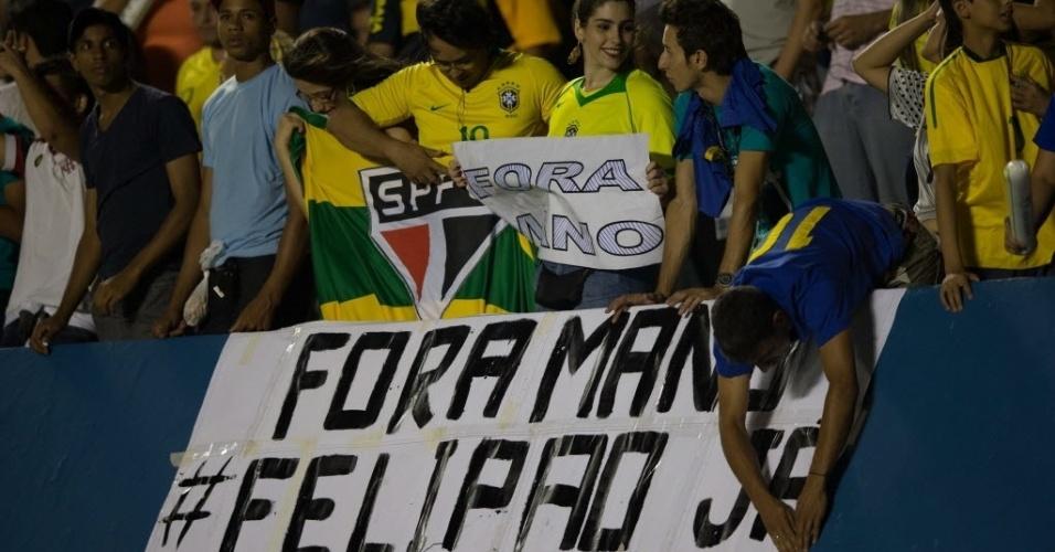 Torcida estende cartaz pedindo a saída do técnico Mano Menezes e cobrando a contratação de Luiz Felipe Scolari no Superclássico das Américas (19/09/12)