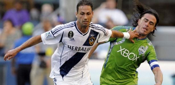 Volante Marcelo Sarvas (esq.) é um dos destaques da temporada do LA Galaxy nos EUA