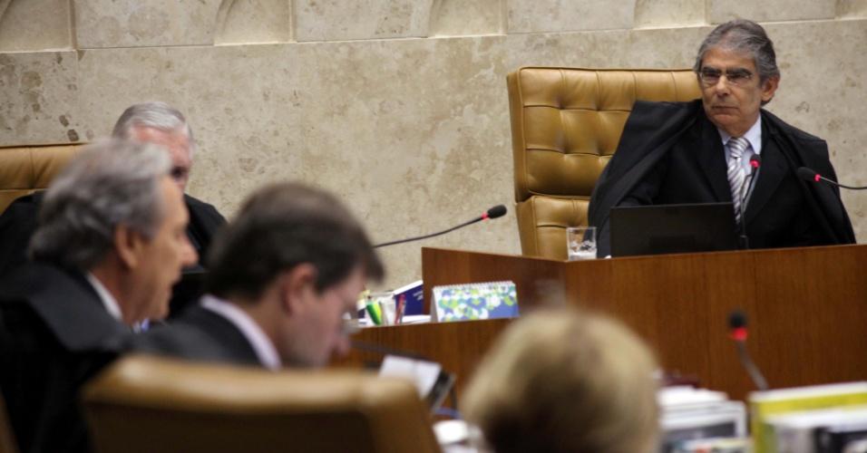17.set.2012 - Ministro Ayres Britto acompanha a apresentação do ministro Ricardo Lewandowski, que votou pela condenação do ex-deputado federal Pedro Corrêa, do PP (Partido Progressista) de Pernambuco, pelo crime de corrupção passiva, durante o julgamento do mensalão no STF (Supremo Tribunal Federal), em Brasília