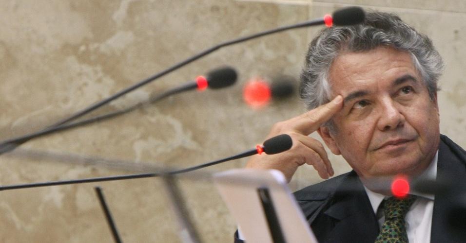20.09.2012 - Em meio aos microfones, ministro Marco Aurélio Mello acompanha o julgamento do mensalão no plenário do  STF (Supremo Tribunal Federal), em Brasília