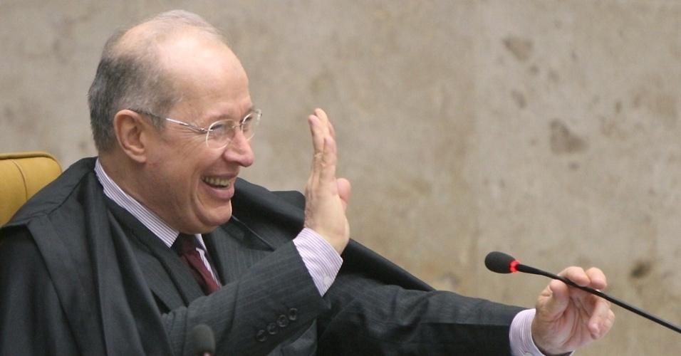 20.09.2012 - O ministro Celso Mello sorri durante o julgamento do mensalão no plenário do  STF (Supremo Tribunal Federal), em Brasília