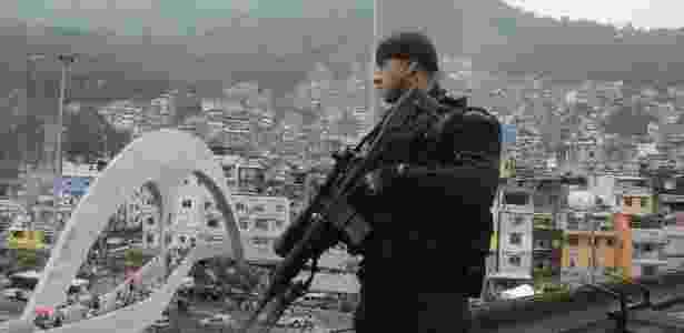 Atirador de elite em reforço de policiamento na favela da Rocinha, zona sul do Rio - Tânia Rêgo/Agência Brasil