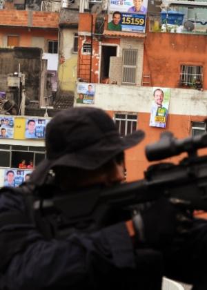 Atirador de elite toma posição em cima de prédio de escola, em frente à favela da Rocinha, no Rio