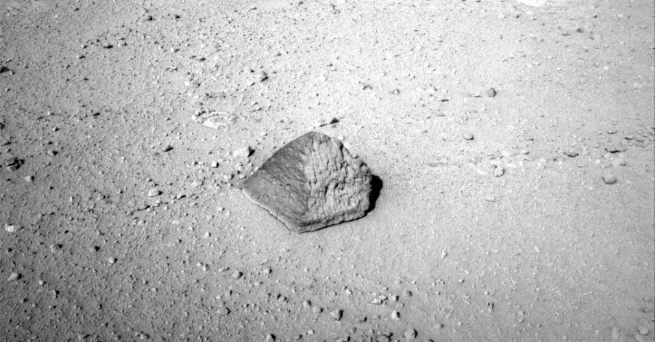 20.set.2012 - O Curiosity está prestes a recolher a sua primeira rocha de Marte desde o pouso de 6 de agosto. Com 25 centímetros de altura e 40 centímetros de largura, ela foi escolhida pela equipe da Nasa (Agência Espacial Norte-Americana) por ter um formato inusitado, o de uma pirâmide egípicia. A composição química da rocha, segundo a Nasa, será analisada nesta sexta-feira (21), quando o robô usará seus instrumentos de exploração - o Curiosity está ainda a 2,5 metros de distância da pirâmide