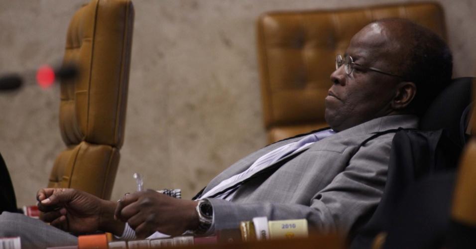20.set.2012 - O ministro Joaquim Barbosa observa o ministro Ricardo Lewandowski expor seu voto sobre o suposto recebimento do mensalão pelos partidos da base aliada do primeiro governo do ex-presidente Luiz Inácio Lula da Silva (2003-2006) durante mais um dia do julgamento do caso no plenário do STF, em Brasília