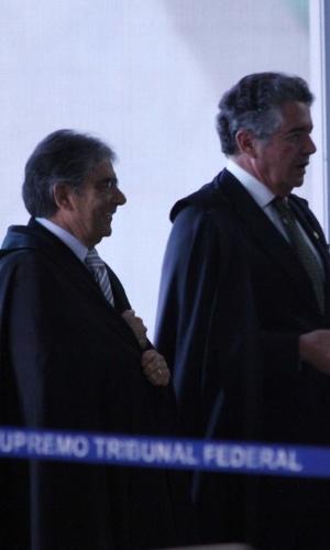 20.set.2012 - Os ministros Ayres Britto e Marco Aurélio Mello se encaminham para acompanhar a retomada do julgamento do mensalão