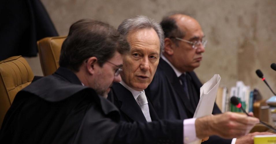 20.set.2012 - Os ministros do STF acompanham o julgamento do mensalão, em Brasília