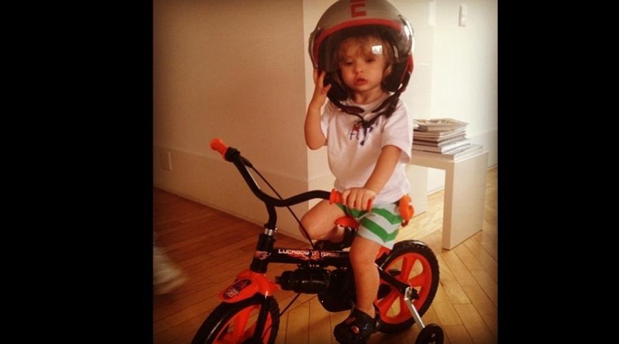 Adriane Galisteu divulgou uma foto do filho Vittorio andando de bicicleta (20/9/12)